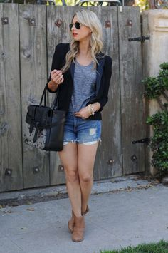 Beautiful, elegant bag, grey t-shirt, jeans or shorts, well-cut blazer and neutral boots - could it be more simpler?