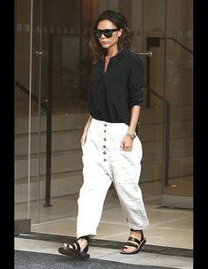 Victoria Beckham rocks two smart looks in chic shirts and trousers as she jets to NYC for fashion week preparations Victoria Beckham Outfits, Victoria Beckham Style, Look Street Style, Street Chic, Vic Beckham, Cool Outfits, Casual Outfits, Looks Chic, Her Style