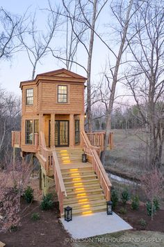 Organic Gardening Supplies Needed For Newbies Bellarose Treehouse - Pete Nelson - Treehouse Masters Season 9 Beautiful Tree Houses, Cool Tree Houses, Tree House Designs, Tiny House Design, Tiny House Living, Cozy House, Adult Tree House, Cabin Homes, Little Houses
