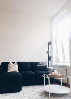 Schwarzes Sofa Im Wohnzimmer U2013 Macht Sich Gut. #skandi #wohnzimmer #runder #