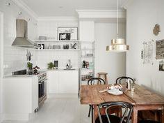 Wohn Idee - Die weiße Küche mit einem scheinbar unbearbeiteten Holztisch aufpeppen