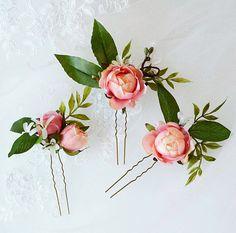 Ein Trio von exquisiten rosa Rosen und Knospen mit Geißblatt, Zweigen und Laub. Die größte Pin der drei ist nur 3 in der Größe. Farbe ist ähnlich wie eine blasse Koralle. Meine Blumen sind aus Materialien höchsten Qualität und hält ein Leben lang (oder mehr), wenn liebevoll behandelt.