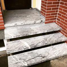 """Hauseingangsstiege und Podest aus Granit """"Visconti White"""", geflammt und gebürstet, 3+3 cm verklebt. Peppen auch Sie Ihr Heim mit Stein auf! Jetzt informieren: office@stein.at #steinreinisch #steinstiege #granite Visconti, Steinmetz, Office, Stairs, Home Decor, Granite, Door Entry, Asylum, Ladders"""