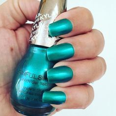 What a beautiful color and really good formula! This is Kryptonite by #sinfulcolors #sinfulkingkylie #kyliejenner #kyliejennernails #notd #nails #nailpolish #nailpolishaddict #nailpolishlover #unhas #unhadodia #esmalte @sinfulcolors_official