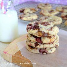 Peanut Butter & Jelly Cookies ~ cake mix cookies made with Reeses Peanut Butter Cups and Ghirardelli Raspberry Chocolate Bar for a fun take on PB&J! Jelly Cookies, Vanilla Cookies, Cake Mix Cookies, Yummy Cookies, Cookies Et Biscuits, Rasberry Cookies, Vanilla Cake, Sandwich Cookies, Shortbread Cookies