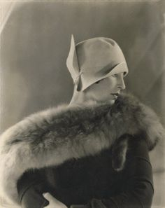 1925 --- Original caption: Model, Halles Stiles, wearing a light cloche felt hat with turned-up side and rolled brim, by Reboux, and a black fur stole --- Image by © Condé Nast Archive/Corbis 20s Fashion, Art Deco Fashion, Fashion History, Vintage Fashion, Fashion Hats, French Fashion, Ladies Fashion, High Fashion, Fashion Ideas