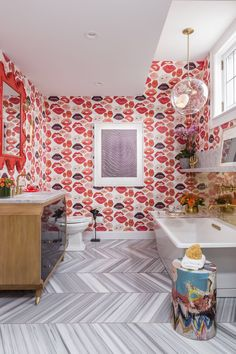 Banheiro moderno. Papel de parede de beijos. Metais dourados. Op art.