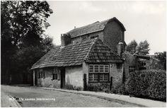 Op de hoek van de Kruisparkweg en de Prins Bernhardlaan in #Best stond eens deze boerenwoning uit de 17e eeuw. In 1967 werd deze foto gemaakt door Jos Pé