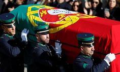 A utilizada no cortejo fúnebre apresenta os castelos com a porta aberta (ou sem porta), enquanto na Bandeira Nacional estão fechadas