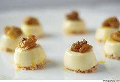 Vanilla panna cotta with coconut macaroons -- Must try. These bite size desserts are so cute I love panna cotta coconut macaroons! Bite Size Desserts, Köstliche Desserts, Healthy Desserts, Delicious Desserts, Dessert Recipes, Panna Cotta, Un Cake, Coconut Macaroons, Sweets Cake