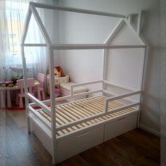 Просто представьте какой простор для фантазии даёт домик маленькому ребёнку. Это уже не просто кровать, а свой собственный дворец, где он и хозяин, и главный герой.