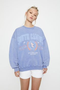 "Sweatshirt lavanda ""South Campus"" - PULL&BEAR Pull & Bear, Sweatshirt Outfit, Primark, Graphic Sweaters, Graphic Sweatshirt, Printed Sweatshirts, Hooded Sweatshirts, Denim Mini Skirt, Mini Skirts"