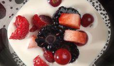 White chocolate, yogurt and cherimoya soup with red berries. Sopa de chocolate blanco, yogur y chirimoyas con frutos rojos