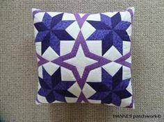 Dette patchwork mønster til Janne Pude indeholder papskabeloner lige klar til at klippe ud. Måler ca 38x 38 cm