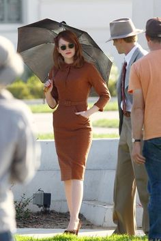 Emma Stone and Ryan Gosling got flirtatious as they shot The Gangster Squad yesterday in LA. Emma kissed Ryan and played coy under a parasol as the pair filmed 1960s Fashion, Vintage Fashion, Vintage Style, Vintage Men, Dapper Day, Old Hollywood Glamour, Hollywood Stars, Emma Stone, Stylish Men