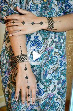 Süßes Rauten Fingertattoo mit Maoi Armand am Handgelenk. Cute rhombus finger tattoo with Maoi Armand on the wrist. Tribal Henna Designs, Finger Henna Designs, Beginner Henna Designs, Stylish Mehndi Designs, Mehndi Designs For Fingers, Mehndi Design Images, Mehndi Art Designs, Henna Designs Easy, Beautiful Henna Designs