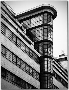 Ibex Building, London is part of Bauhaus architecture - Designed by Fuller and Foulsham and opened in 1937 (LON Image copyrighted) Le Corbusier Architecture, Architecture Design, London Architecture, Amazing Architecture, Design Bauhaus, Streamline Moderne, Streamline Art, Art Deco Buildings, Walter Gropius