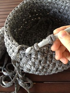 Lady Crochet: Back to Trapillo - Easy Yarn Crafts Crochet Bowl, Knit Or Crochet, Crochet Crafts, Yarn Crafts, Crochet Stitches, Crochet Hooks, Crochet Ideas, Crochet Baskets, Crafts