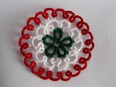 frivolitás kokárda - Google keresés Needle Tatting, Crochet Earrings, Christmas Ornaments, Holiday Decor, Flowers, March, 1, Google, Craft