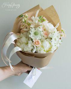 Gorgeous summer gift bouquet with white peonies. Роскошный букет из свежих цветов c белыми пионами. White-peach.