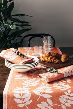 Lehto table runner and tea towel, colour white/brandy. Lehto-kaitaliina ja -keittiöpyyhe, väri valkoinen/brandy. Designer Johanna Aalto. #jokipiinpellava #lehto #finnishdesign #kitchen #kitchentextiles #interior