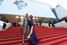 23.05 La photographe Ellen von Unwerth (à gauche) et le modèle britannique Emma Miller lors de la montée des marches lors du festival de Cannes, samedi.Photo: Anne-christine Poujoulat