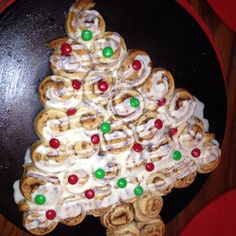 Creative Christmas breakfast! Get the kids to help make an edible Christmas tree with cinnamon rolls and m&m's!   For more great Christmas ideas, go to - http://sussle.org/t/Christmas  #christmas #recipe