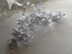 White Bridal Hair Comb - White Kanzashi Flowers with Pearls - Wedding Flowers Bridal Headpieces Hair Accessories Cloth Flowers, Satin Flowers, Diy Flowers, Fabric Flowers, Wedding Flowers, Ribbon Art, Ribbon Crafts, Flower Crafts, Bridal Headpieces