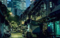le photographe Nicolas Jandrain a beaucoup voyagé et, à chaque fois, il revient de ses aventures avec de très beaux clichés. Voici « Shanghai Night », une série nocturne concentrée dans les rues de cette grande ville, avec ses restaurants, ses impasses, ses grands immeubles et ses quartiers délabrés.