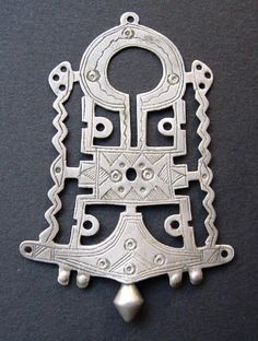 Tuareg Bella pendant posted by Sarah Corbett Brass Jewelry, Tribal Jewelry, Stone Jewelry, Jewelry Art, Antique Jewelry, Fashion Jewelry, Jewelry Tools, African Jewelry, Indian Jewelry