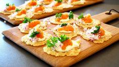 Parmesanchips med löjrom och citronkräm Parmesan Chips, Tapas, Snack Recipes, Cooking Recipes, Great Recipes, Snacks, Food Porn, Swedish Recipes, Party Food And Drinks