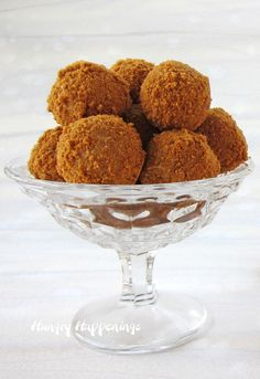 3 ingredient Biscoff Truffles made using white chocolate and Biscoff Spread and Biscoff Cookie Crumbs. Great for gifts and dessert. Biscoff Cookie Butter, Biscoff Cookies, Truffle Butter, Truffle Recipe, Candy Recipes, Sweet Recipes, Dessert Recipes, Biscoff Recipes, White Chocolate Truffles