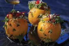 Ensalada para bajar de peso dentro de naranjas para Halloween