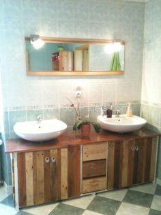 Bathroom furniture made out of pallets and wine boxes.  Meuble de salle de bains en bois de palettes et caisses de vin.   Idea sent by Geoffrey !