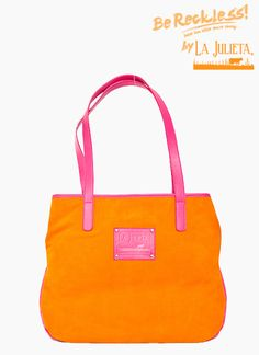 Bolso 100% cuero tipo ante, color naranja con correas fucsia, forro interior en tela Lafayette.   Dimensiones: 55 cm de largo x 42 cm de ancho  Juega con los colores, usa unos jeans con una camiseta estampada, un blazer fucsia y una correa del mismo tono, verás que bien combinan los colores. Color Naranja, 1960s, To My Daughter, Kate Spade, Tote Bag, Orange, Jeans, Interior, Fashion