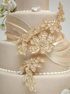Beautiful!! It has a very vinatge 40's feel. #Vintage_wedding_cake