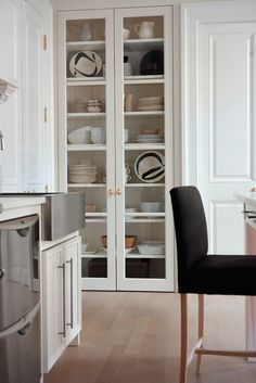 clear cabinet for the kitchen. This is from pictures of Lynda Reeves home. Canadian House and Home magazine/website