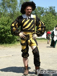 Black and yellow landsknecht Tudor Costumes, Period Costumes, Renaissance Men, Renaissance Clothing, Mens Garb, Tudor Fashion, Larp Armor, Early Modern Period, Landsknecht