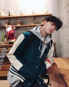 Look at me ♥♥♥♥♥ Cute Asian Guys, Cute Korean Boys, Asian Boys, Asian Men, Cute Guys, Korean Boys Ulzzang, Ulzzang Boy, Korean Men, Korean Girl
