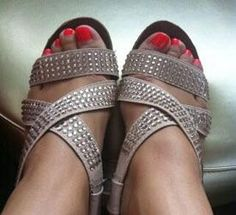 """Showing off her pretty coral pedicure and sparkly sandals, Lisa (@LaTicaGringa on Twitter) tells us that she's loving her """"spring = bling!!"""" shoes."""