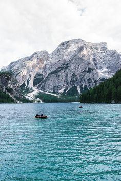 Der Pragser Wildsee ist der schönste Bergsee in Südtirol und zu finden in der Dolomitenregion Drei Zinnen...Pragser Wildsee