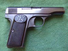 Browning FN M1910 (calibre 7,65 mm si es de siete tiros, o 9 mm si es de seis tiros). La pistola utilizada en los asesinatos de los Archiduques de Austria y del Presidente Canalejas
