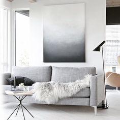 """Bom diiiiaaa com essa inspiração super clean e moderna de decor!  durmo e acordo olhando inspirações para modificar minha sala! Kkkkkk hoje é dia de ir em busca de lustres  quero um """"felpudinho"""" como esse da foto bem branquinho... Alguém sabe onde encontro?!  #rafinhagadelha #homedecor #inspiracao"""