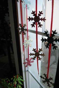 décoration de Noël de fenêtre avec des guirlandes
