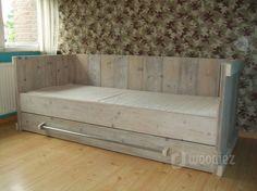 WOODIEZ | Dit robuuste eenpersoons bed van steigerhout past perfect in een stoere slaapkamer. De lade met handgreep van steigerbuis geeft het bed een mooi uiterlijk. #slaapkamer #inspiratie #bed #steigerhout