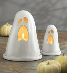 White is not a traditional color for Halloween décor but it looks so beautiful and sophisticated! If you've decided to have an elegant Halloween party or Ceramics Projects, Clay Projects, Clay Crafts, Slab Pottery, Ceramic Pottery, Ceramica Exterior, Cerámica Ideas, Kids Clay, Ceramic Candle Holders