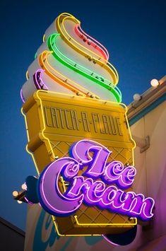Rotulo de neon de una tienda de helados. Concentración de colores intentando llamar la atencion del cliente. Alejandro Jiménez