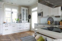 keittiö,tapetti,valkoinen keittiö,keittiön kaapit,keittiön sisustus