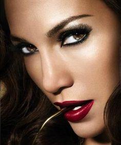 Als je hele opvallende lippen hebt dan is het een goed idee om de rest van je make up heel naturel te houden. Je kan de kleur op je lippen combineren met een zelfde kleur nagellak of handtas.