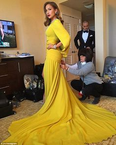 Jennifer Lopez in Atelier Versace at the Golden Globes 2016 Glamour Hollywoodien, Old Hollywood Glamour, Golden Globes 2016, Edna Mode, Kairo, Photo Instagram, Fashion Show, Fashion Design, Vogue Fashion